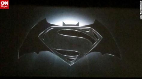 Foto do Logo de Superman & Batman mostrado na Comic-Con
