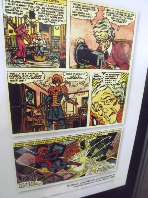 """Tia May como a Tiazinha-Aranha? Mais um painel da exposição """"Deu a Louca nos Heróis"""""""