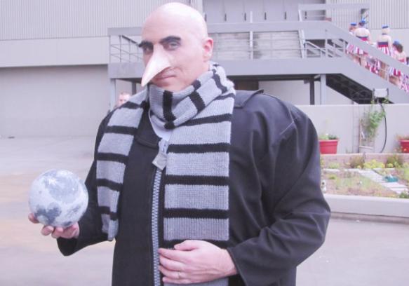 Hoje @Narigolas vive de animar festas infantis como cosplay do Grú