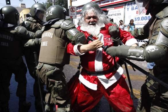 New_Year_wallpapers_Drunk_Santa_Claus_051313_